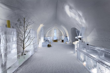 Hotel-Kakslauttanen-ice-bar